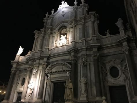 Walking And Eating In Downtown Catania, Sicily - Pizza In
